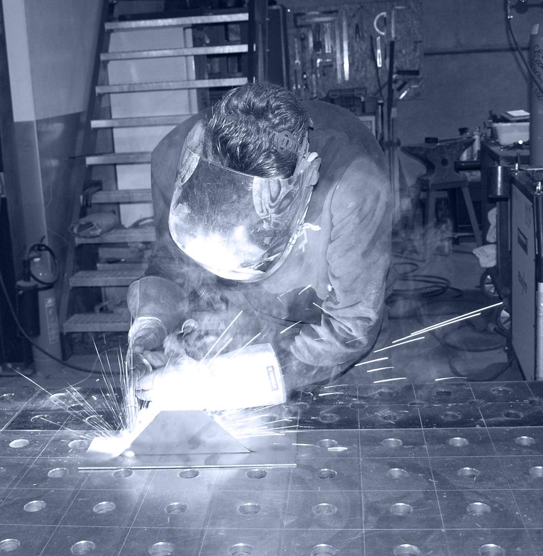 Bowie Tamis aan het lassen in het bedrijf bij Lasbedrijf John Tamis